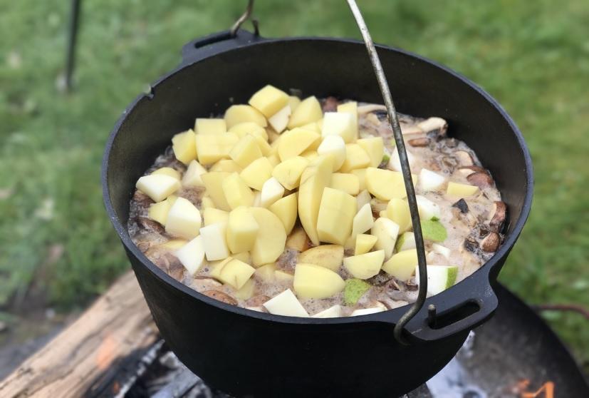 Gulasch mit Kartoffeln im Dutch Oven