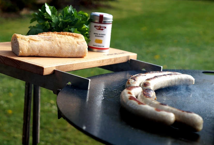 Bratwurst auf der Feuerplatte