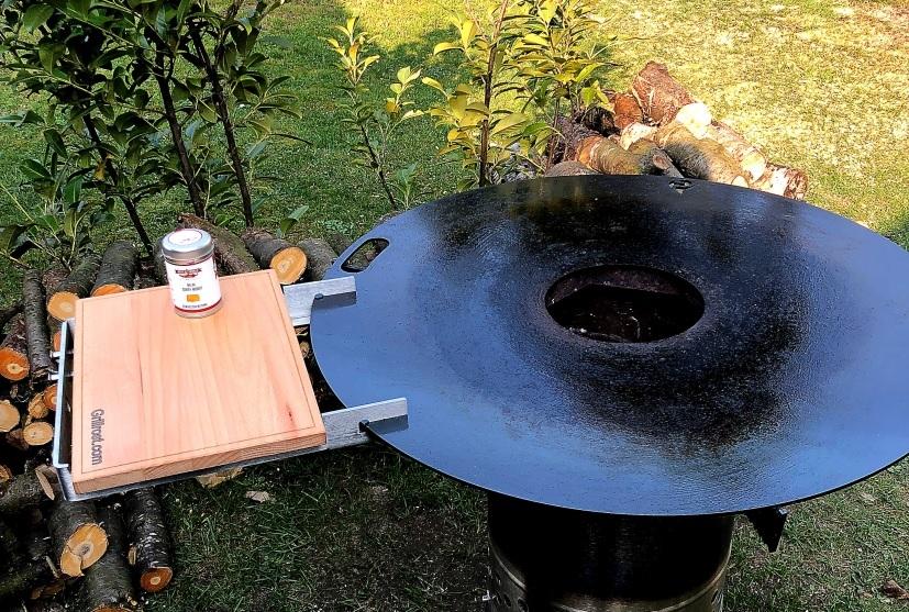 Feuerplatte mit Grilltisch