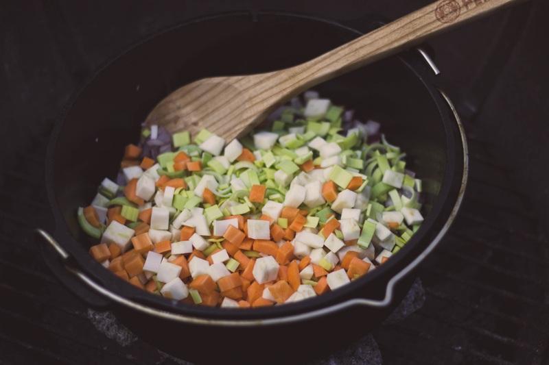 Zwiebeln und Gemüse im Dutch Oven