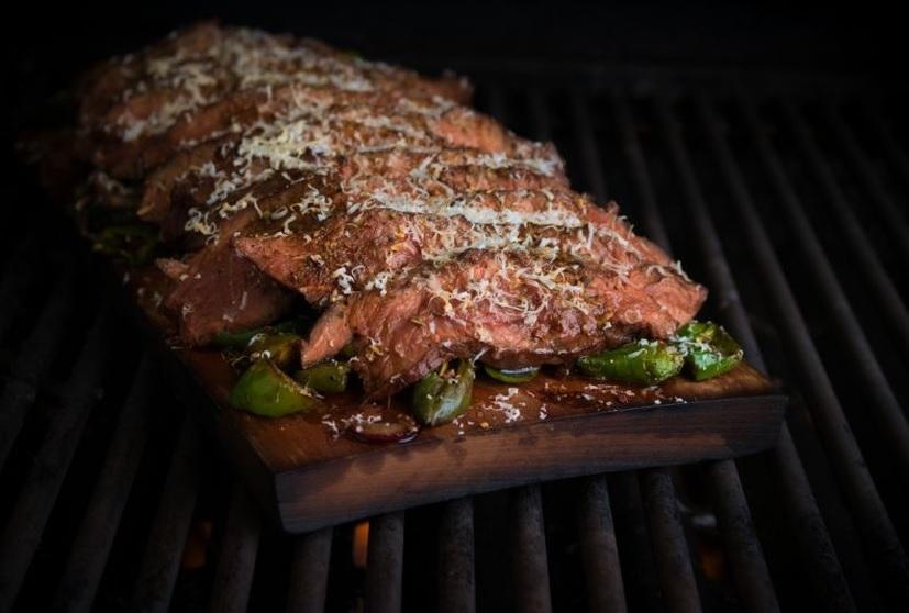 Mediterranes Flat Iron Steak von der Holzplanke